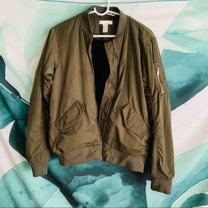 H&M olive bomber jacket Size 4 💕